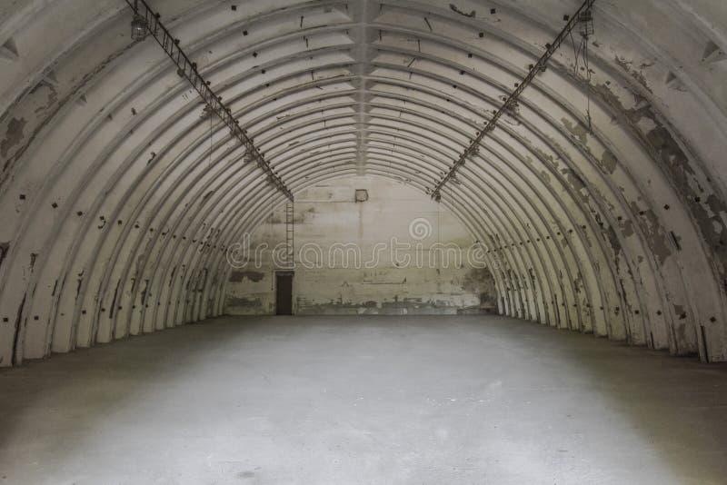 Övergiven hangar i flygplats royaltyfri foto