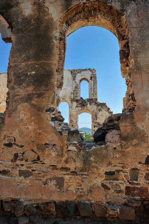 Övergiven historisk byggnadssikt inom till himmel från fönster till ett annat fönster Cunda i Balikesir Turkiet 2014 arkivbild