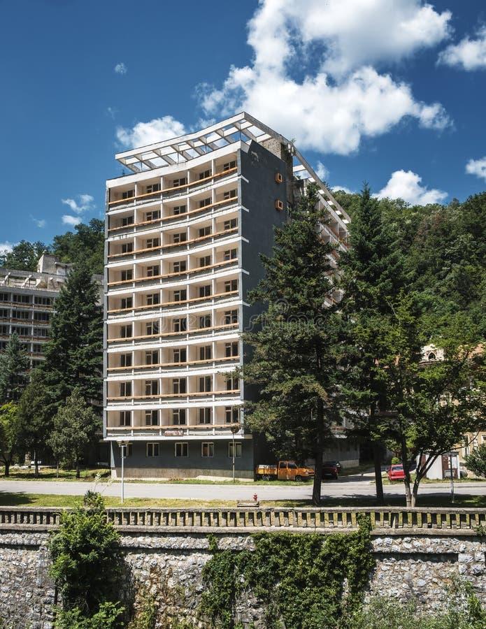 Övergiven hotellbyggnad i Rumänien fotografering för bildbyråer