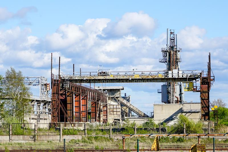 Övergiven industribyggnad med den rostiga brokranen på restmetall som återanvänder den metallurgical växten arkivfoto