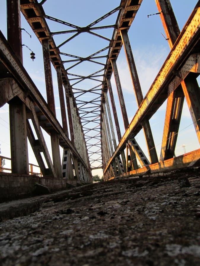 Övergiven järnvägsbro arkivbilder
