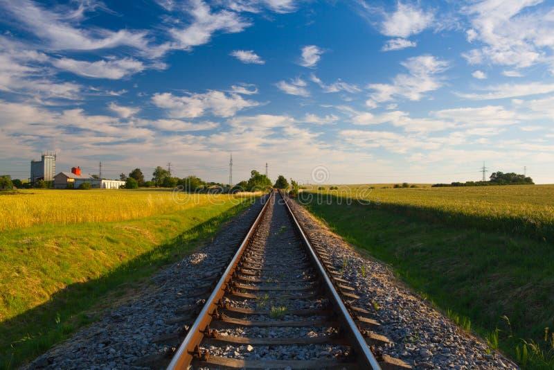 Övergiven järnvägsspår på solnedgången royaltyfri foto