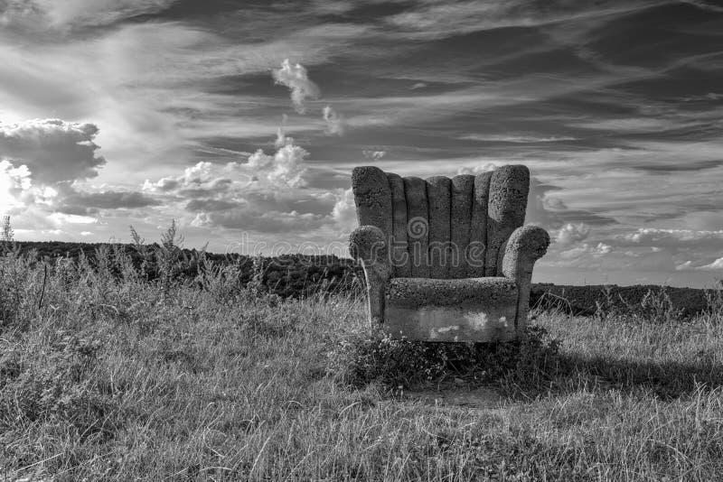 Övergiven konkret stol på kullen royaltyfri foto