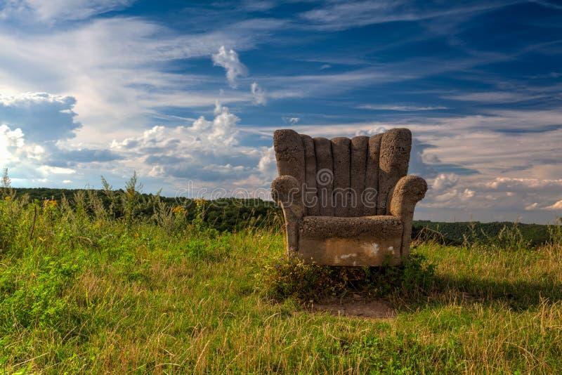 Övergiven konkret stol på kullen arkivfoto