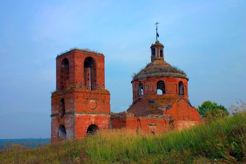 Övergiven kristen ortodoxkyrka för röd tegelsten i Ryssland fotografering för bildbyråer