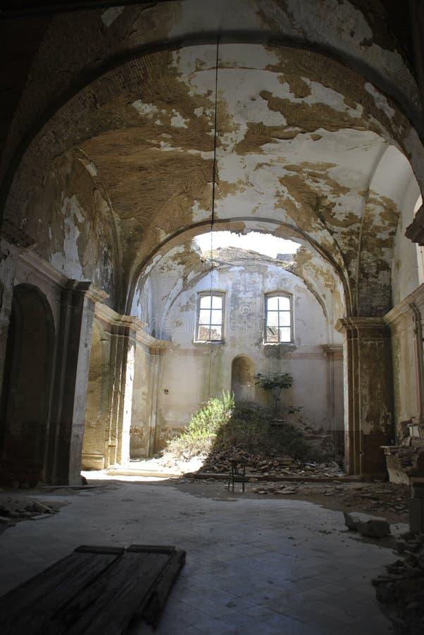 Övergiven kyrka med det kollapsade taket i Craco, Italien arkivfoton