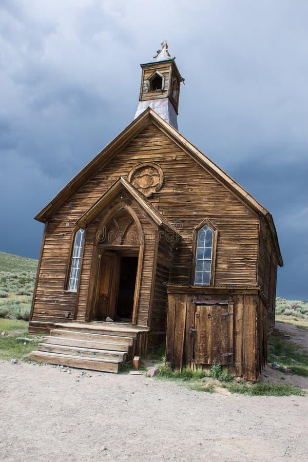 Övergiven kyrka på Bodie Ghost Town i Kalifornien arkivfoton