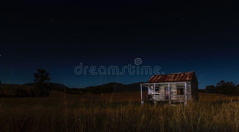 Övergiven ladugård i bygd på natten royaltyfri foto
