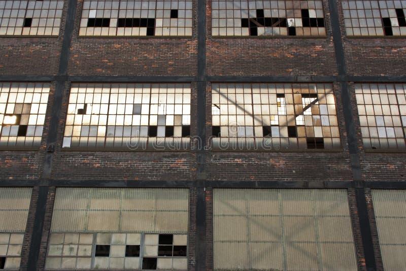Övergiven lagerfönsterdetalj arkivfoto