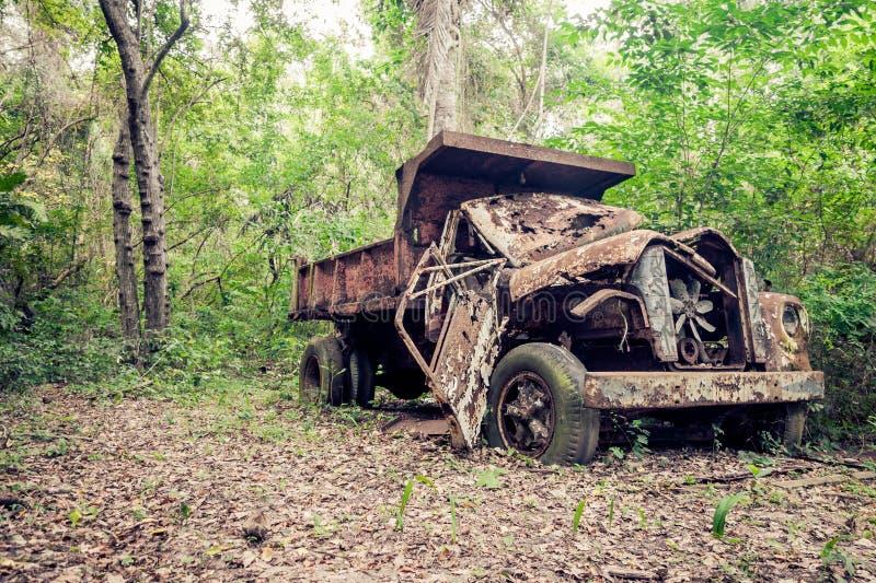 Övergiven lastbil i djungeln royaltyfri bild