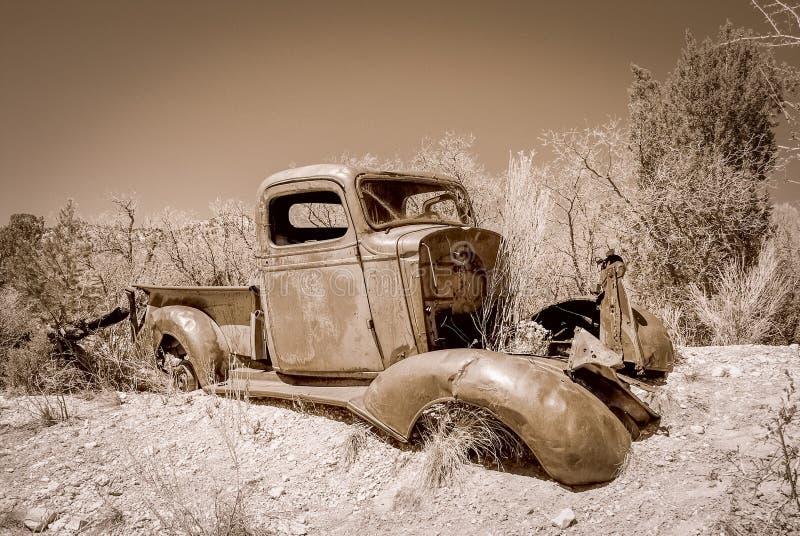 Övergiven lastbil i en öken royaltyfria foton