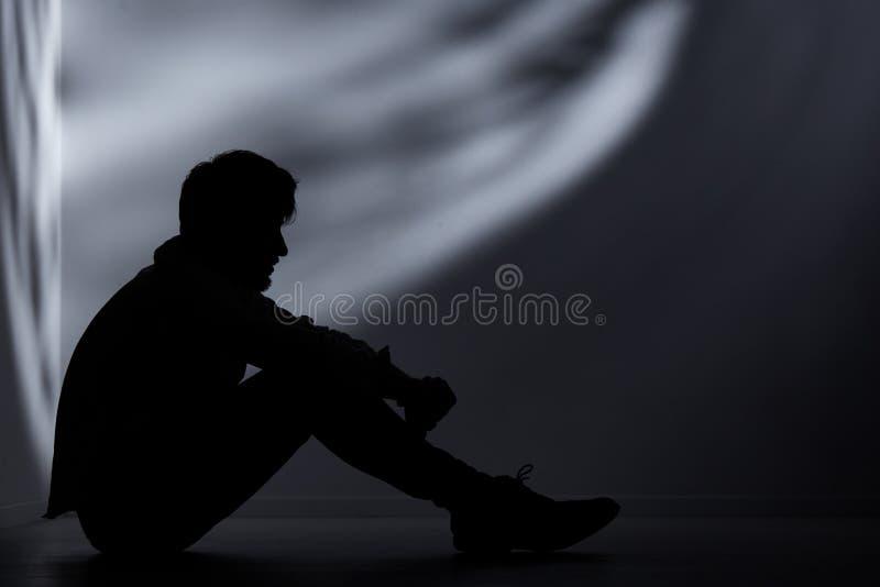 Övergiven man i mörkt rum royaltyfria foton