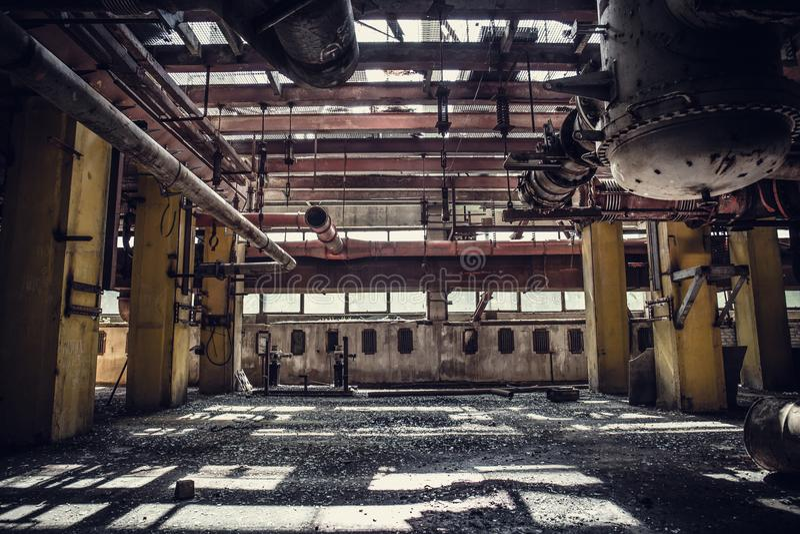 Övergiven metallurgical grävskopaväxt- eller fabriksinre, industriell lagerbyggnad som väntar på en rivning fotografering för bildbyråer