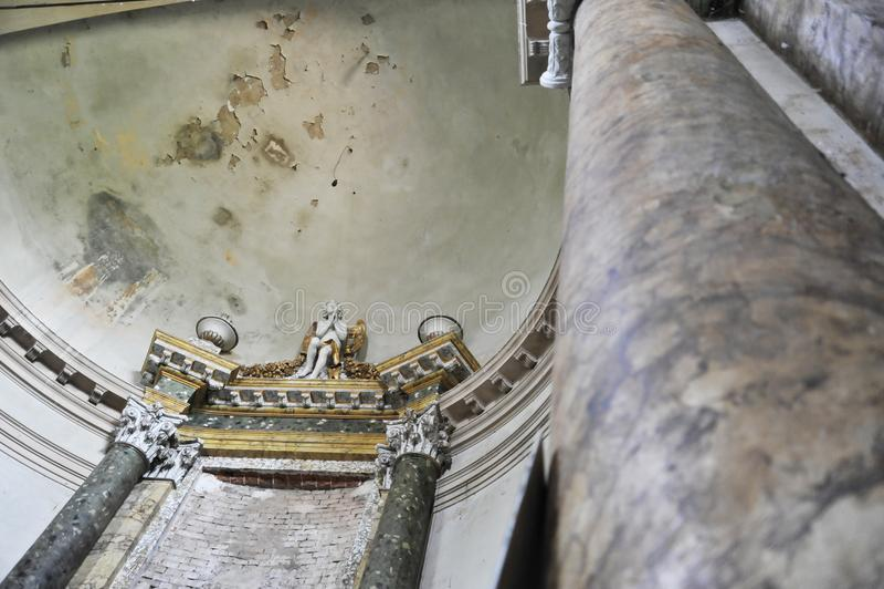 Övergiven och deconsecrated kyrklig near Bologna, Italien arkivbilder