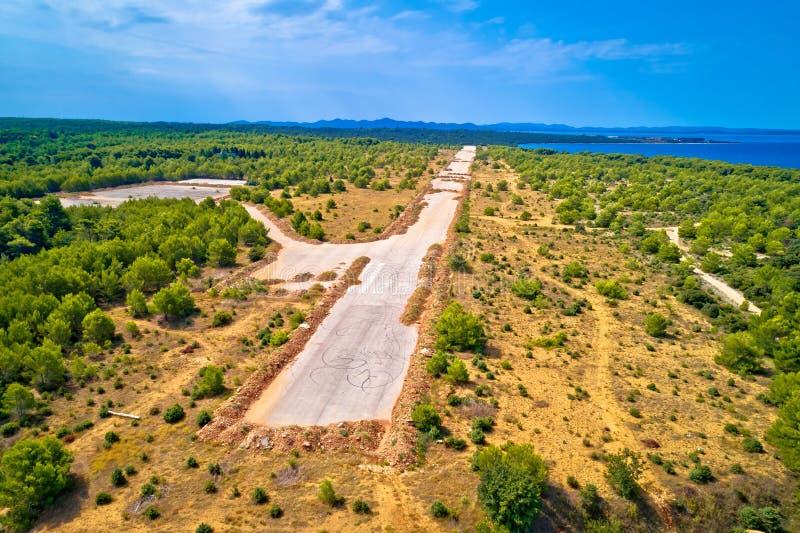 Övergiven och förstörd flygplatslandningsbana i Zadar Sepurine den flyg- sikten royaltyfri bild