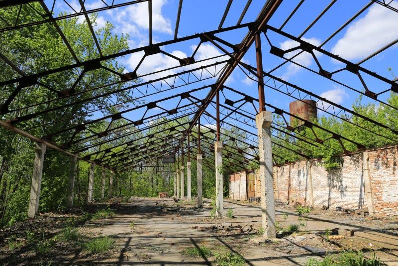 Övergiven och förstörd hangar royaltyfri fotografi