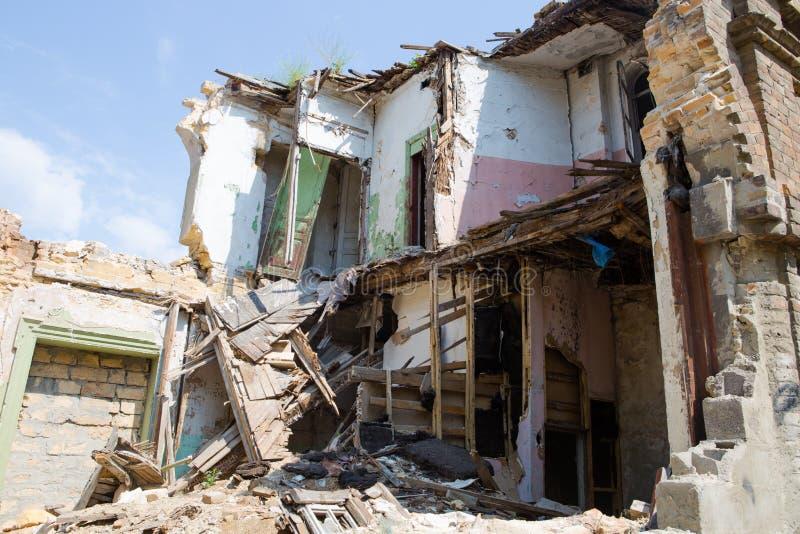 Övergiven och skövlad byggnad i Ukraina, Donbass Ukraina krig royaltyfria foton