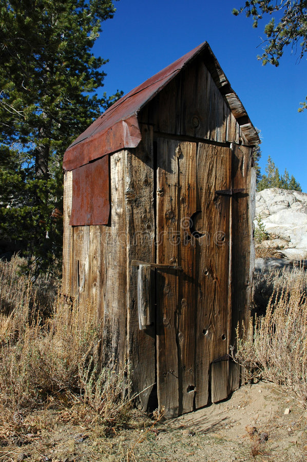 övergiven outhouse royaltyfri fotografi