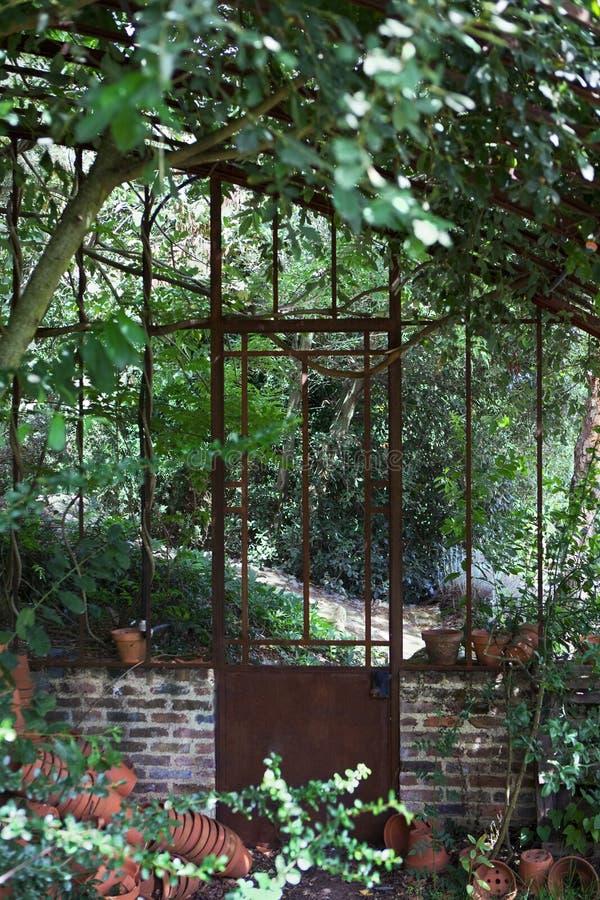 Övergiven rostig växthuseffekt arkivfoton
