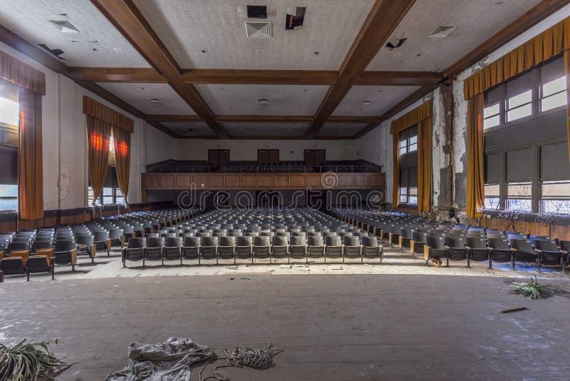Övergiven salong i högstadium arkivfoton