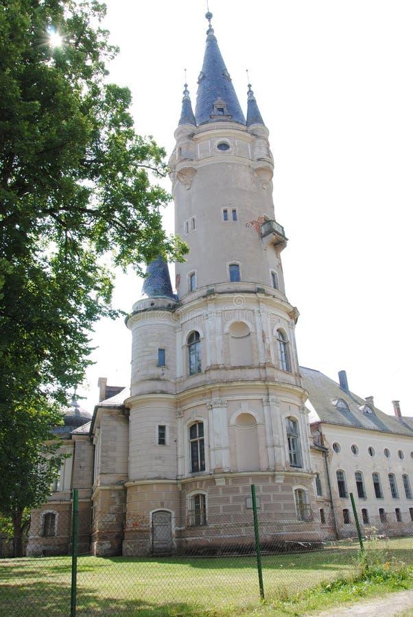 Övergiven slott med höga torn arkivbild