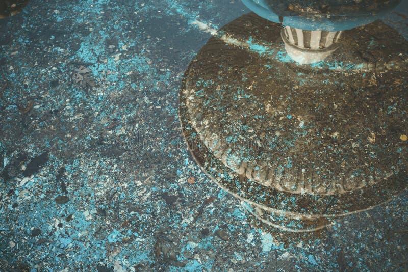 Övergiven springbrunn med mynt och avskräde royaltyfri foto