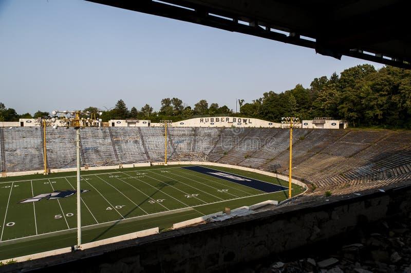 Övergiven stadion - den Rubber bunken - universitet av Akron vinanden - Akron, Ohio arkivbild