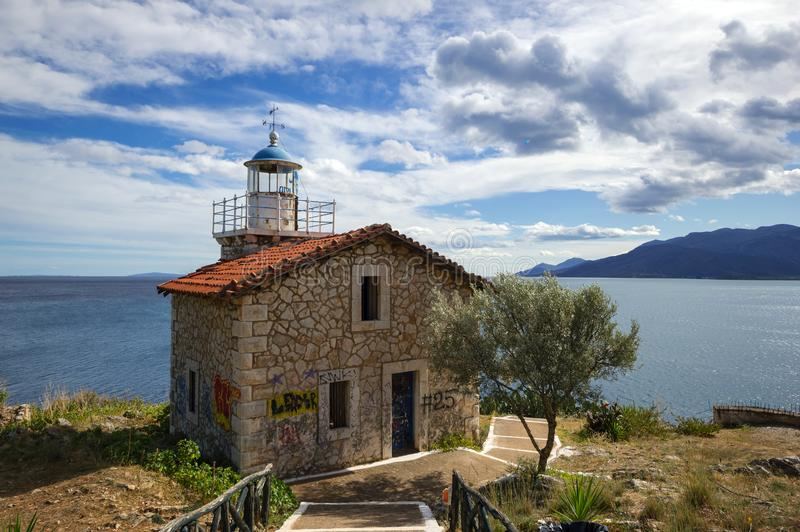 Övergiven stenfyr under en dramatisk himmel, Grekland arkivbilder