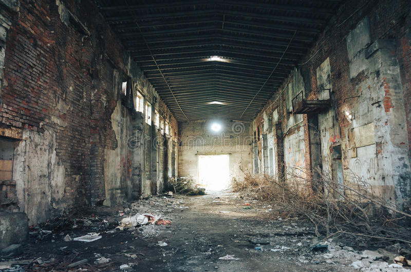 Övergiven stor industriell korridor av en reparationsstation royaltyfri bild