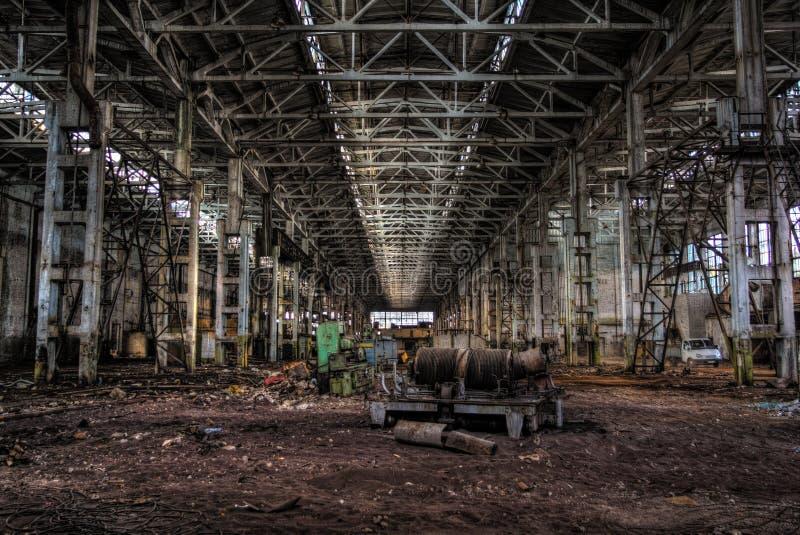 Övergiven stor mörk korridor för industriellt maskineri av den övergav fabriken royaltyfri fotografi
