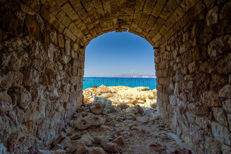 Övergiven svavelminer och strand, Milos ö, Cyclades arkivbilder