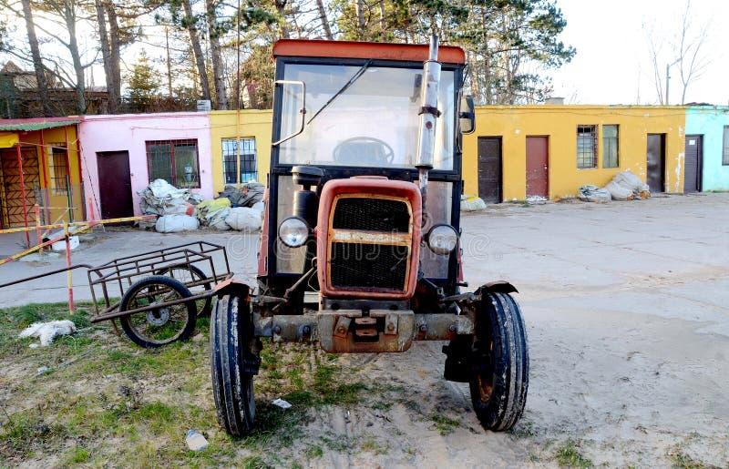 Övergiven traktor på rysk lantgård royaltyfria bilder