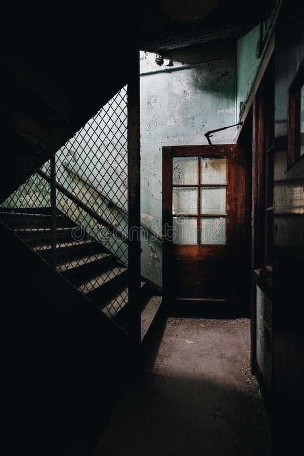 Övergiven trappuppgång & dörr - övergiven Laurelton tillståndsskola - Pennsylvania royaltyfri fotografi