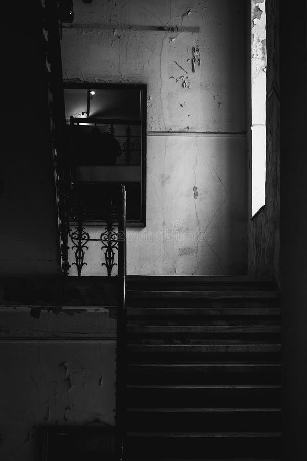 Övergiven trappuppgång på svartvitt royaltyfri bild