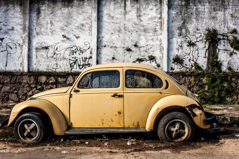 Övergiven utskjutande gul bil arkivbilder