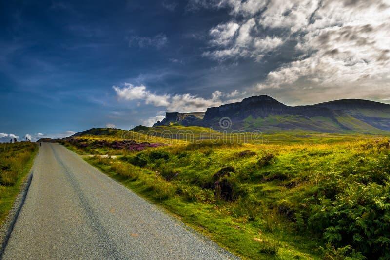 Övergiven väg för enkelt spår till och med det sceniska lantliga landskapet på gamala mannen av Storr på ön av Skye In Scotland arkivfoton