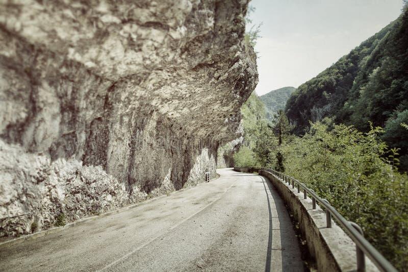 Övergiven väg i bergen arkivbilder