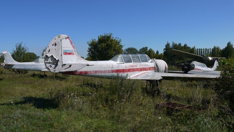 Övergiven Yak-52 Utbildning för flygkadetter royaltyfria bilder