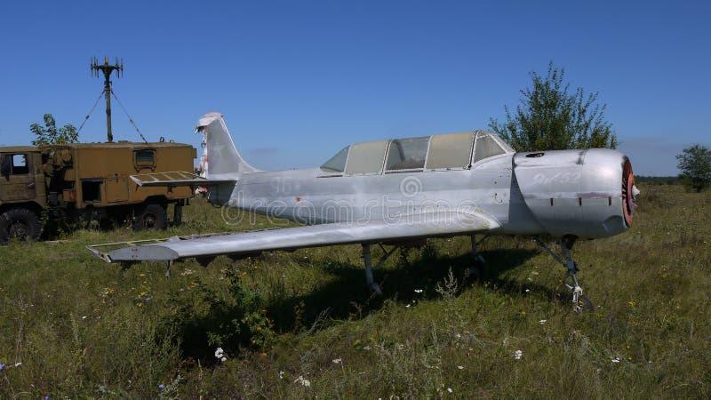Övergiven Yak-52 Utbildning för flygkadetter arkivfoto