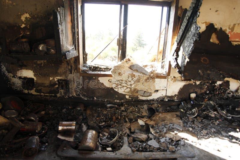 övergivet bränt hus royaltyfri bild
