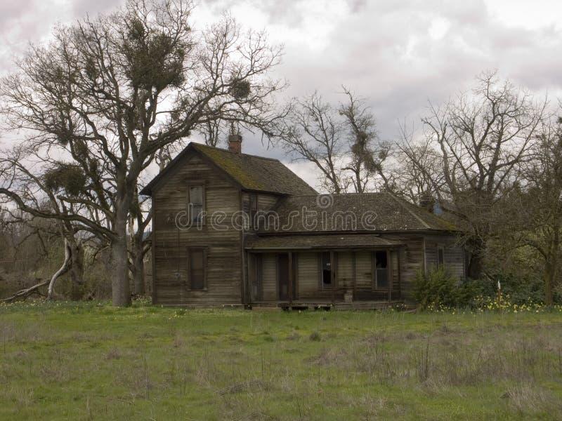 övergivet gammalt lantgårdhus arkivbilder