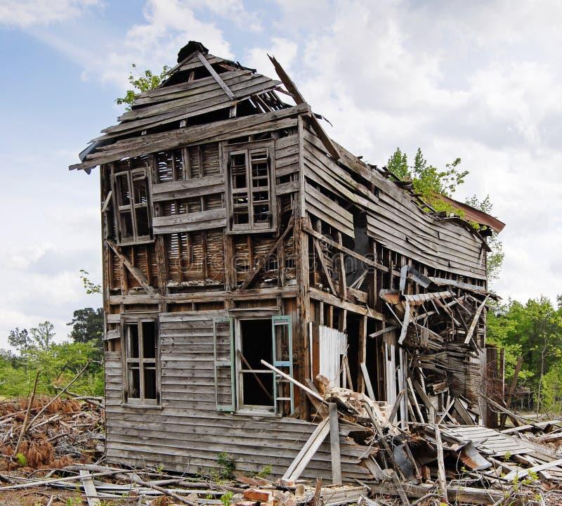 övergivet kollapsande hus arkivbilder
