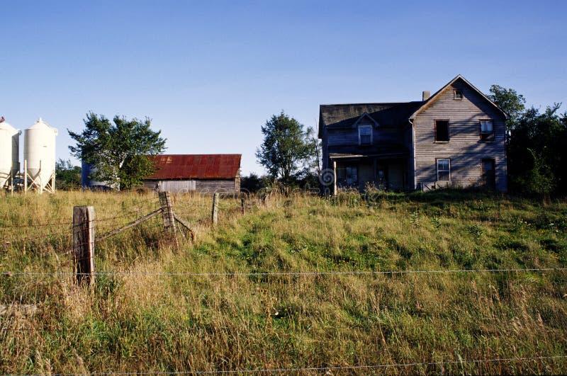 övergivet lantgårdhus arkivfoto