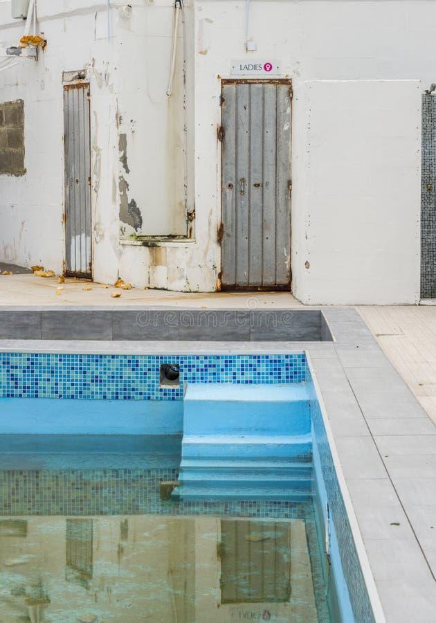 Övergivet simbassängkomplex och lido, malta royaltyfria foton