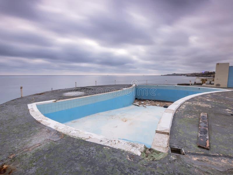 Övergivet simbassängkomplex och lido, malta royaltyfria bilder