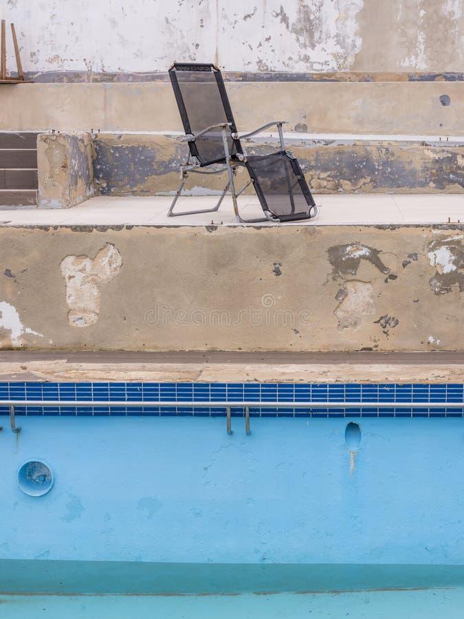 Övergivet simbassängkomplex och lido, malta arkivfoton