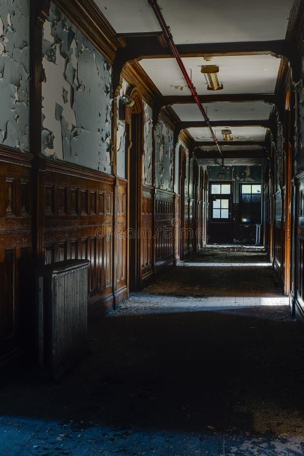 Övergivet trä Paneled hallet - den övergav skolan för pojkar - New York arkivfoto