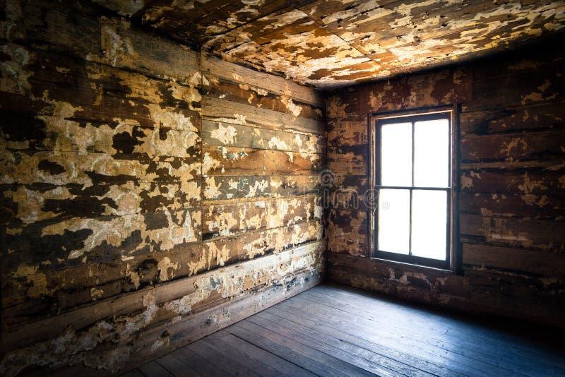 övergivna kusliga det försummade lantgårdhuset ruttnar spöklikt royaltyfri bild