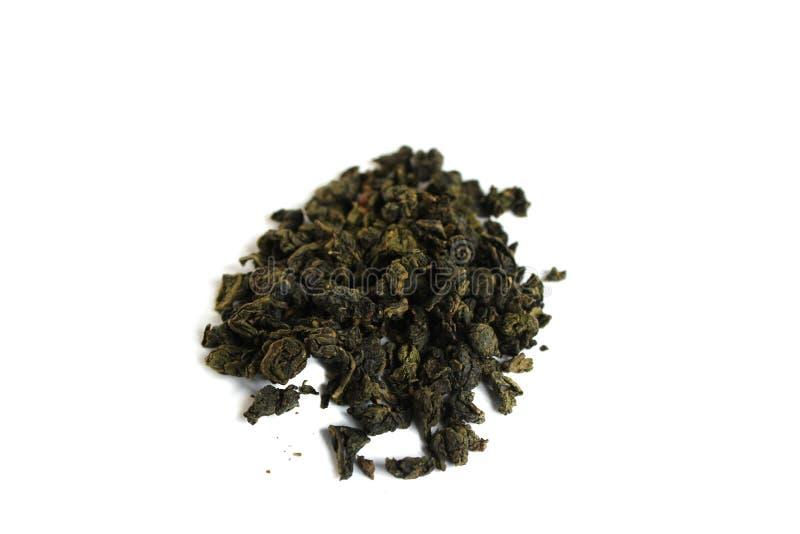 Överhopa högen av mjölkar grönt te för oolong som isoleras på vit bakgrund arkivbilder