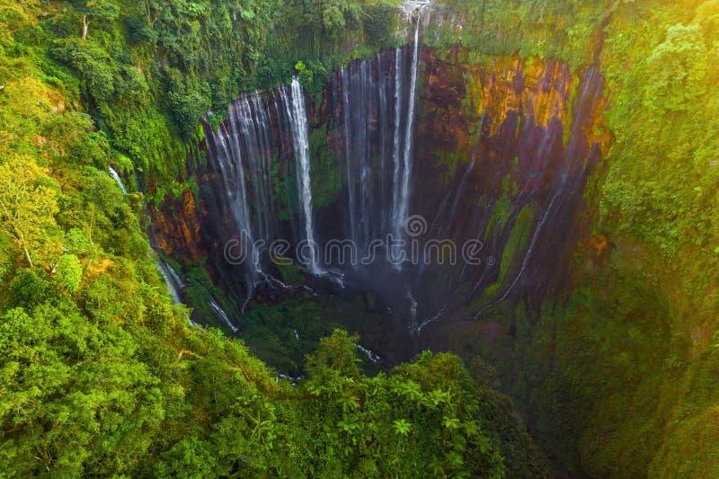 Överkänslig sikt över Sewu Waterfall Naturlandskapet i Jinguashi i naturområdet det är beläget i Indonesien för resa arkivbild